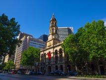 De voorgevel bouw van Stadhuis is een oriëntatiepunt voortbouwend op Koning William Street in Adelaide, Zuid-Australië stock fotografie