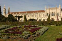 De voorgevel en de tuinen van de Manuelinestijl. Monasteirodos Jeronimos.  Lissabon. Portugal Royalty-vrije Stock Fotografie