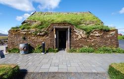 De voorgevel en de ingang aan traditioneel Ijslands grashuis met grasdak in Modrudalur-landbouwbedrijfregeling in Oostelijk Eilan royalty-vrije stock afbeeldingen