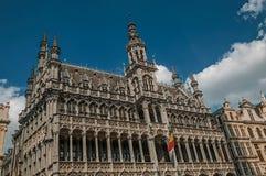 De voorgevel met bakstenen en het venster versierden in het gebied van de stijl van Vlaanderen in Brussel royalty-vrije stock fotografie