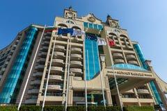 De voorgevel met meerdere verdiepingen van de moderne vijfsterrentoevlucht van de hotelkust Royalty-vrije Stock Foto's