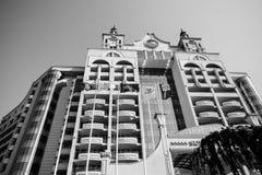 De voorgevel met meerdere verdiepingen van de moderne vijfsterrentoevlucht van de hotelkust Stock Afbeelding