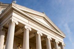De voorgevel oude bouw met kolommen Royalty-vrije Stock Afbeeldingen