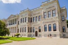 De voorgevel van één van de gebouwen van het paleis complex van de Ottomanesultannen Barokke Dolmabahce Royalty-vrije Stock Fotografie