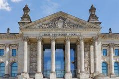 De voorgevel van Bundestag/Reichstag-Parlementsgebouw in Berlijn Stock Afbeelding