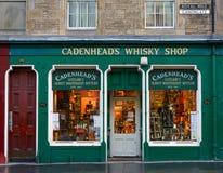 De voorgevel van de de wiskywinkel van Cadenhead in Edinburgh Stock Foto's