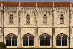 De voorgevel van de Manuelinestijl. Monasteirodos Jeronimos.  Lissabon. Portugal Royalty-vrije Stock Afbeeldingen