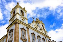 De voorgevel van een oude kerk bouwde de 18de eeuw in barokke en koloniale stijl in stock foto's