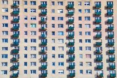 De voorgevel van een woonhigh-rise gebouw stock afbeelding