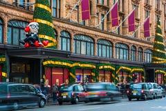 De voorgevel van de Harrodsopslag voor Kerstmis, Londen het UK wordt verfraaid dat Royalty-vrije Stock Afbeeldingen