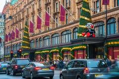 De voorgevel van de Harrodsopslag voor Kerstmis, Londen het UK wordt verfraaid dat Royalty-vrije Stock Afbeelding