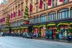 De voorgevel van de Harrodsopslag voor Kerstmis, Londen het UK wordt verfraaid dat Royalty-vrije Stock Foto's