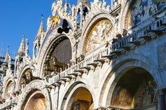 De voorgevel van Heilige merkt Basiliek in Venetië, Italië Stock Afbeelding
