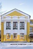 De voorgevel van het gebouw is geel royalty-vrije stock afbeelding