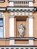 De voorgevel van het gebouw met gipspleisterdetails in de stad van St Stock Afbeeldingen