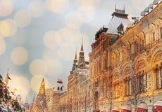 De voorgevel van het Nieuwjaar van het nieuwjaar van het gebouw op Rood Vierkant in Moskou, GOM stock fotografie