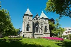 De voorgevel van het oosten van de middeleeuwse kathedraal in Stavanger, Noorwegen royalty-vrije stock foto's
