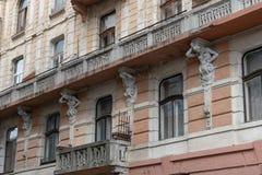 De voorgevel van het oude gebouw met meerdere verdiepingen royalty-vrije stock afbeelding