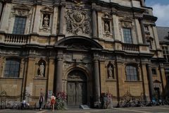De voorgevel van de kerk in het stadscentrum met kolommen, beeldhouwwerken en vensters royalty-vrije stock fotografie