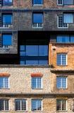 De voorgevel van mooi huis Vensters met bezinning Stock Afbeeldingen