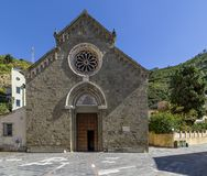 De voorgevel van de mooie Kerk van San Lorenzo in Manarola, Cinque Terre, Ligurië, Italië stock afbeelding