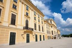 De voorgevel van Schonbrunn-Paleis in Wenen, Oostenrijk royalty-vrije stock foto