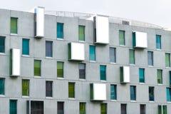 De voorgevel van de tijdgenoot, Art Otel in de stad van Keulen, Duitsland, Groen, blauw en turkoois kleurde vensters royalty-vrije stock foto