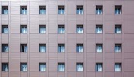 De voorgevelbouw met vensters Stock Foto