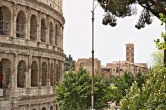 In de voorgrond een externe muur van Colosseum en op de achtergrond de Keizerforums Het gebied is een reusachtig openluchtmuseum stock afbeeldingen