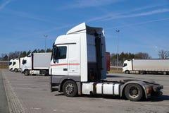 In de voorgrond een tractor zonder een oplegger Geparkeerde Vrachtwagens stock afbeelding