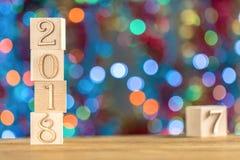 2018 in de voorgrond, verplaatst 2017 Kerstman Klaus, hemel, vorst, zak Op heldere bokehachtergrond Stock Afbeelding