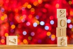 2018 in de voorgrond, verplaatst 2017 Kerstman Klaus, hemel, vorst, zak Op heldere bokehachtergrond exemplaar ruimte voor uw teks Stock Fotografie