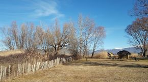 De voorhistorische oever van het meerregeling van Dispilio Kastoria, Griekenland stock foto