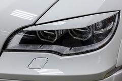 De voorkoplampmening van witte gebruikte auto bevindt zich in de autotoonzaalverkoop na het wassen en poetsmiddel met oranje draa royalty-vrije stock foto