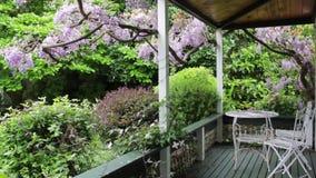 De de voorportiek en tuin van het droomhuis stock footage