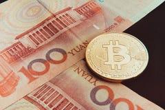 De voorraad van fysieke bitcoins, btc, bitcoin, ethereum, litecoins, golft gouden en zilveren muntstukken, cryptocurrencyconcept Stock Foto's