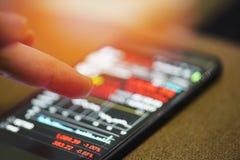De voorraadcrisis valt de rode financiële indicator van de de analyseinvestering van de grafiekengrafiek stock afbeelding