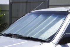 De voorruit van de zonreflector Bescherming van het autopaneel van direc royalty-vrije stock afbeelding