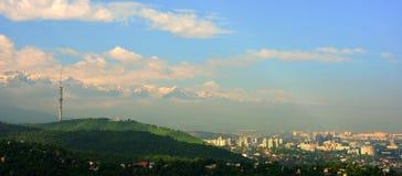 De voorsteden en de stad van Alma Ata op een mistige en rokerige mening van de dag brede hoek Stock Afbeeldingen