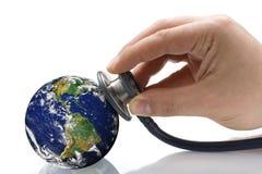 De Voorwaarde van artsenphonendoscope examining earth s Stock Fotografie