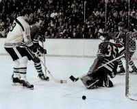 De voorwaartse vleten van Ken Hodge Boston Bruins binnen op Tony Esposito Stock Fotografie