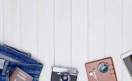 De voorwerpen van de Hipsterreis op bodem van wit hout stock fotografie