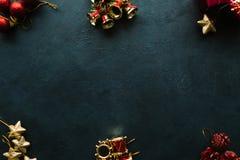 De voorwerpen van de de wintervakantie op donkere achtergrond Stock Fotografie