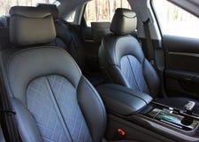 De voorzetel van de luxeauto zwart Leer Karbon tuning stock afbeelding