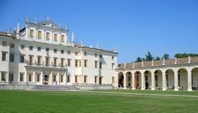 De voorzijde en de portiek van Manin van de villa royalty-vrije stock afbeelding