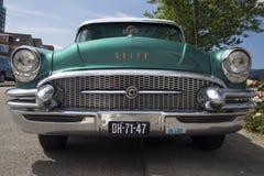 De voorzijde van Buick roadmaster 1955 tijdens een oldtimer toont. Royalty-vrije Stock Foto's