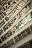 De Voorzijde van de Bouw van de Wolkenkrabber van het glas met de Bezinningen van de Straat Stock Foto