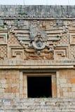 De Voorzijde van de tempel in Uxmal stock foto's