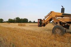 De Voorzijde van de tractor op het Gebied van het Hooi stock foto's