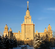 De voorzijde van de Universiteit van de Staat van Moskou (zonsondergang) stock afbeelding